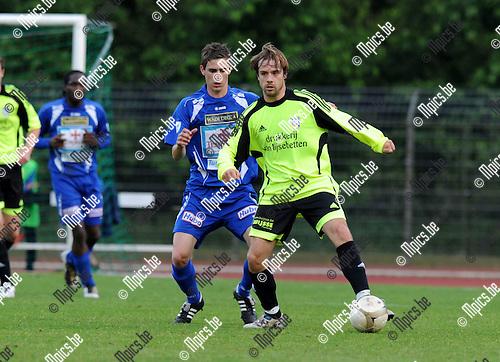 2011-05-19 / Voetbal / seizoen 2010-2011 / KV Turnhout - Sint-Niklaas / De Meersman met Thomas Wils (KVT) in de rug..Foto: Mpics