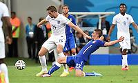 FUSSBALL WM 2014  VORRUNDE    Gruppe D     England - Italien                         14.06.2014 Jordan Henderson (li, England) gegen Marco Verratti (re, Italien)