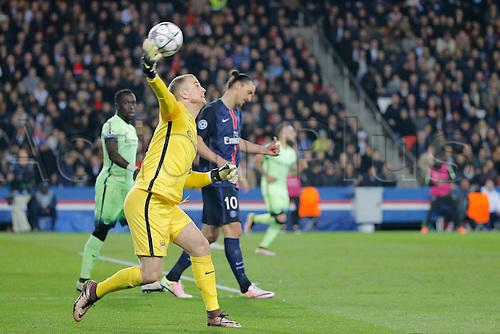 06.04.2016. Paris, France. UEFA CHampions League, quarter-final. Paris St Germain versus Manchester City.  Joe Hart (Manchester City FC), Zlatan Ibrahimovic (psg), Bacary Sagna (Manchester City FC)