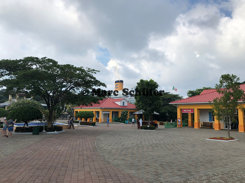 Einkaufspassage und Costa Luminosa am Hafen Mahogany Bay auf Roatan mit Strandclub und Seilbahn - 01.02.2020: Roatan mit der Costa Luminosa