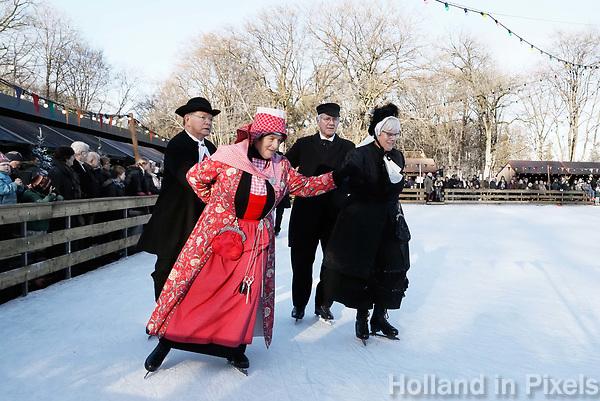 Nederland - Arnhem  - 17 december 2017.  Op 16 en 17 december vond Landleven Winter plaats in het Nederlands Openluchtmuseum. Schaatsen in klederdracht. Het paar links draagt klederdracht uit Hindeloopen.    Foto Berlinda van Dam / Hollandse Hoogte.