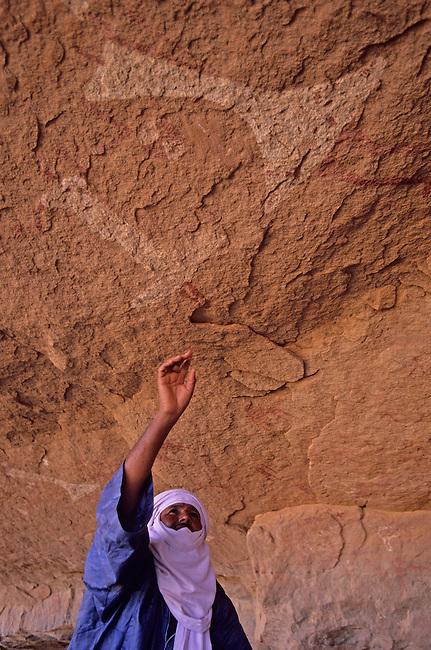 Le Sahara libyen, massif de l'Akakus. Peintures rupestres a Teshuinat *** Rock drawings in Teshuinat, Akakus massif. The Libyan Sahara