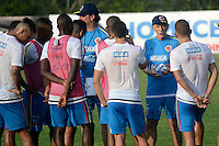 BARRANQUILLA - COLOMBIA - 05-10-2015: Jose Pekerman técnico de la seleccion Colombia de futbol en la charla con los jugadores durante el primer entrenamiento en el Polideportivo de la Universidad Autonoma del Caribe antes de su encuentro contra  la seleccion del Perú por la calsificación a la Copa Mundial de la FIFA Rusia 2018.  / Jose Pekerman coach of the Soccer Colombia Team on the talks with the players during the first training at Polideportivo of the Universidad Autonoma del  Caribe before match against of Peru Soccer team for the qualifying to 2018 FIFA World Cup Russia.<br /> Russia. Photo: VizzorImage / Alfonso Cervantes / Cont
