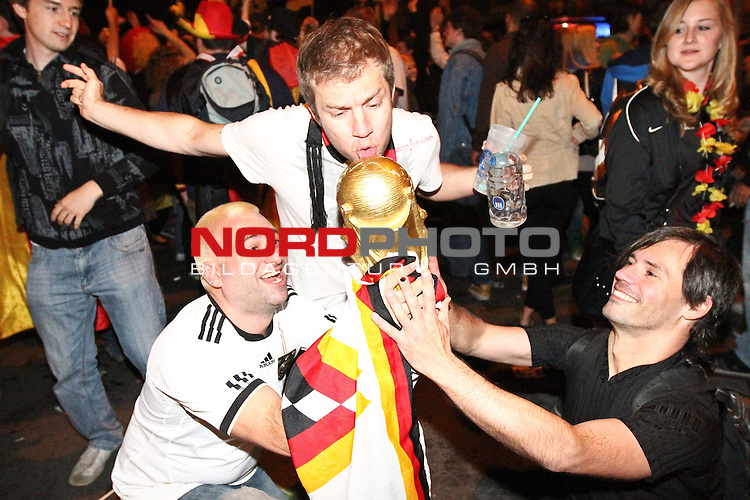 23.06.2010, Leopoldstrasse Schwabing, Muenchen, GER, FIFA Worldcup, Fanfeier nach Ghana vs Deutschland,  im Bild Fans mit Pokal, Foto: nph /  Straubmeier