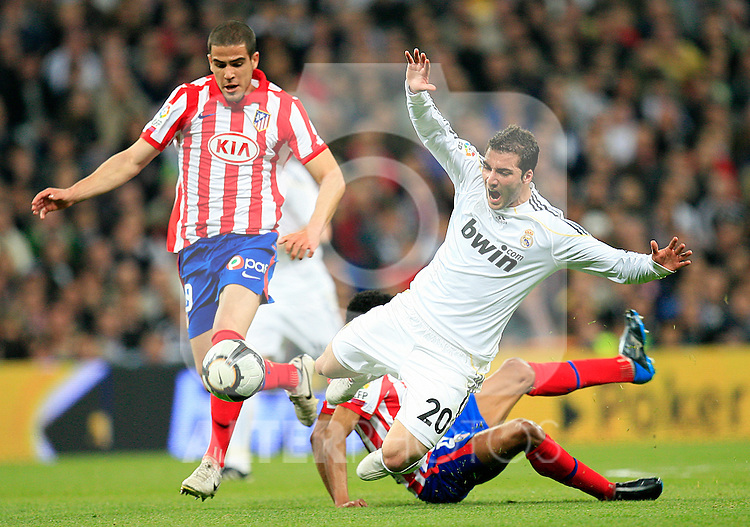 madrid (28/03/2010).- Spanish League match Real Madrid vs Atletico de Madrid. Gonzalo Higuain, Dominguez and Assuncao...Photo: Cesar Cebolla / ALFAQUI