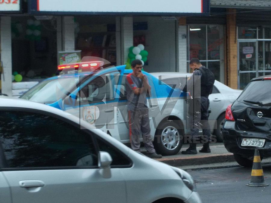Rio de Janeiro (RJ) 19.06.2012. Tr&acirc;nsito/ Colis&atilde;o de veiculos.<br />- Dois veiculos bateram hoje a tarde na Estrada Intendente Magalh&atilde;es na altura da Pra&ccedil;a do Valqueire,Zona Oeste do Rio de Janeiro.Onde Policiais do 9&ordm;BPM.foi chamado.n&atilde;o houve vitmas. Foto: Arion Marinho/Brazil Photo Press.