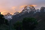 Sommet du Batian (5199 m) et Nelion (5188 m) au lever du soleil. Kenya.