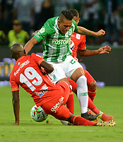 MEDELLÍN-COLOMBIA, 27-04-2019: Daniel Bocanegra de Atlético Nacional y Luis Paz de América de Cali disputan el balón, durante partido de la fecha 18 entre Atlético Nacional y América de Cali, por la Liga Águila I 2019, jugado en el estadio Atanasio Girardot de la ciudad de Medellín. / Daniel Bocanegra of Atletico Nacional and Luis Paz of America de Cali Figth for the ball, during a match of the 18th date between Atletico Nacional and America de Cali, for the Aguila Leguaje I 2019 played at the Atanasio Girardot Stadium in Medellin city. / Photo: VizzorImage / León Monsalve / Cont.