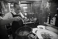 Europe/France/Provence-Alpes-Côte d'Azur/06/Alpes-Maritimes/Nice: Dominique le Stanc  prépare  les pâtes au pistou al dente-  Restaurant: La Merenda  [Non destiné à un usage publicitaire - Not intended for an advertising use]