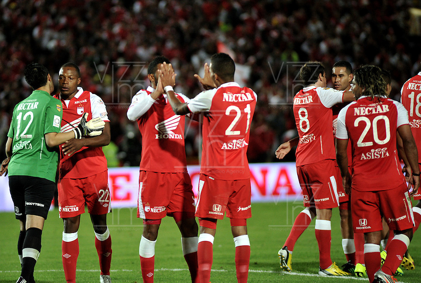 BOGOTA - COLOMBIA-19-06-2013: Los jugadores de Independiente Santa Fe, celebran después de vencer a Millonarios durante partido en el estadio Nemesio Camacho El Campin de la ciudad d Bogota, junio 19 de 2013. Independiente Santa Fe y Millonarios, durante partido por la segunda fecha de los cuadrangulares semifinales de la Liga Postobon I. (Foto: VizzorImage / Luis Ramirez / Staff). The players of Independiente Santa Fe celebrate after beat to Millonarios during game in the Nemesio Camacho El Campin stadium in Bogota City, June 19, 2013. Independiente Santa Fe and Millonarios during match for the second round of the semi finals of the Postobon League I. (Photo: VizzorImage / Luis Ramirez / Staff).