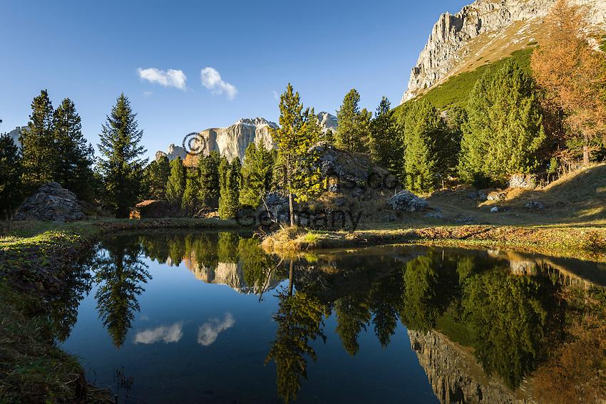 Italy, Trentino-Alto Adige, Dolomites, autumn scenery, mountain pond with Sella group at background   Italien, Trentino-Alto Adige, Dolomiten, Herbststimmung, kleiner Bergsee, im Hintergrund die Sellagruppe in Suedtirol