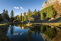 Italy, Trentino-Alto Adige, Dolomites, autumn scenery, mountain pond with Sella group at background | Italien, Trentino-Alto Adige, Dolomiten, Herbststimmung, kleiner Bergsee, im Hintergrund die Sellagruppe in Suedtirol