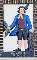 Nederland Muiden 2015 06 15. Gevelsteen met de afbeelding van een Gooyse boer  bij cafe Ome Ko