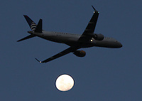 BOGOTA-COLOMBIA-22-02-2013 . Avión comercial y luna  . Airliner and moon.( Photo / VizzorImage / Felipe Caicedo / Staff).