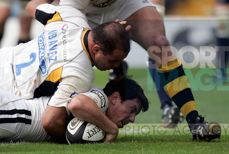 Tom Voyce of Wasps scores with the help of teammate Rafael Ibenez