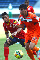 BARRANQUIILLA -COLOMBIA-6-AGOSTO-2014. Cristian Pulido  (Der) de Real Cartagena disputa el balon con Cristain Fernandez de Uniautonoma , partido de la Copa Postobon septima fecha disputado en el estadio Metroplitano. /  Cristian Pulido (R) of Real Cartagena dispute the ball with Cristian Fernandez   Uniautonoma , party date Postobon seventh Cup match at the Metropolitano stadium   Photo: VizzorImage / Alfonso Cervantes / Stringer