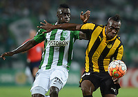 MEDELLÍN -COLOMBIA-08-03-2016. Davinson Sanchez (Izq) jugador de Atlético Nacional de Colombia disputa el balón con Miguel Murillo (Der) jugador de Peñarol de Uruguay durante partido por la fecha 3, G4, de la Copa Bridgestone Libertadores 2016 jugado en el estadio Atanasio Girardot de la ciudad de Medellín. / Davinson Sanchez (L) player of Atletico Nacional of Colombia fights for the ball with Miguel Murillo (R) player of Peñarol of Uruguay during a match for the date 3, G4, of the Copa Bridgestone Libertadores 2016 played at Atanasio Girardot stadium in Medellin city. Photo: VizzorImage/ León Monsalve /Str