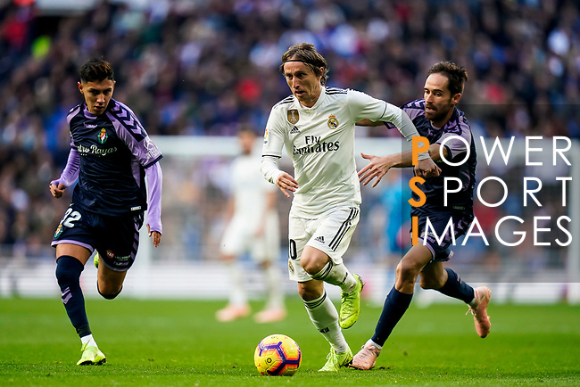 Luka Modric of Real Madrid (C) is followed by Miguel Alfonso Herrero Javaloyas, Michel (R), and Leonardo Gabriel Suarez, Leo Suarez, of Real Valladolid during the La Liga 2018-19 match between Real Madrid and Real Valladolid at Estadio Santiago Bernabeu on November 03 2018 in Madrid, Spain. Photo by Diego Souto / Power Sport Images