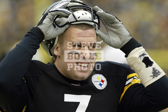 Football, NFL.Pittsburgh Steelers quarterback Ben Roethlisberger (7) takes off his helmet during a game against the Baltimore Ravens at Heinz Field in Pittsburgh, Pennsylvania.  The Steelers defeated the Ravens 20-7..December 26, 2004.