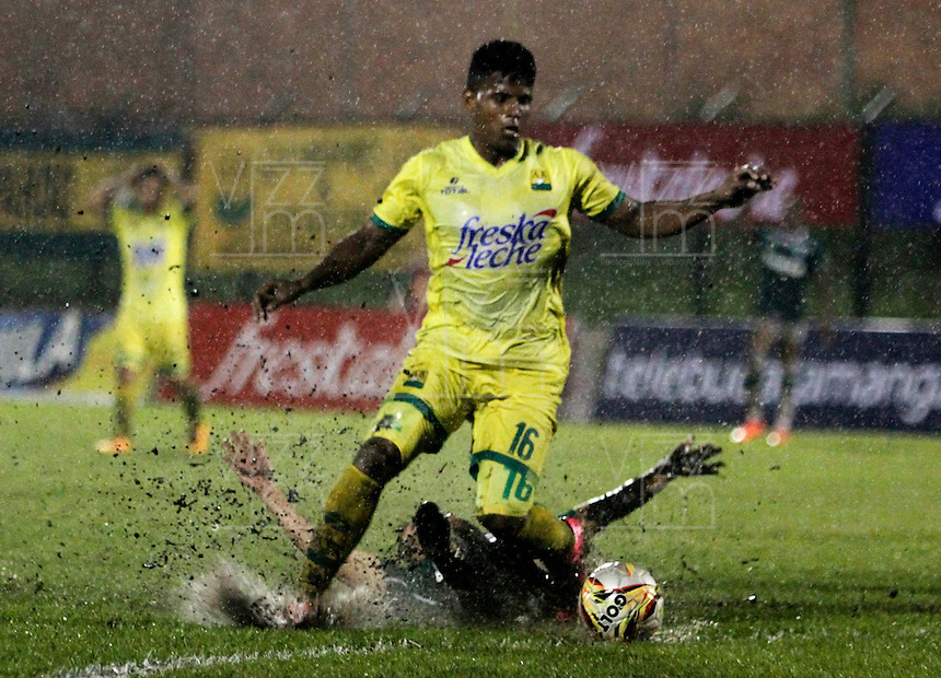 FLORIDABLANCA - COLOMBIA - 28 - 04 - 2016: Faber Cañaveral (Izq.) jugador de Atletico Bucaramanga disputa el balón con Nicolas Benedetti (Der.) jugador de Deportivo Cali, durante partido entre Atletico Bucaramanga y Deportivo Cali, por la fecha 15 de la Liga Aguila I-2016, jugado en el estadio Alvaro Gomez Hurtado de la ciudad de Floridablanca. / Faber Cañaveral (L) player of Atletico Bucaramanga vies for the ball with Nicolas Benedetti (L) player of Deportivo Cali, during a match between Atletico Bucaramanga and Deportivo Cali, for the date 15 of the Liga Aguila I-2016 at the Alvaro Gomez Hurtado Stadium in Floridablanca city Photo: VizzorImage  / Duncan Bustamante / Cont.
