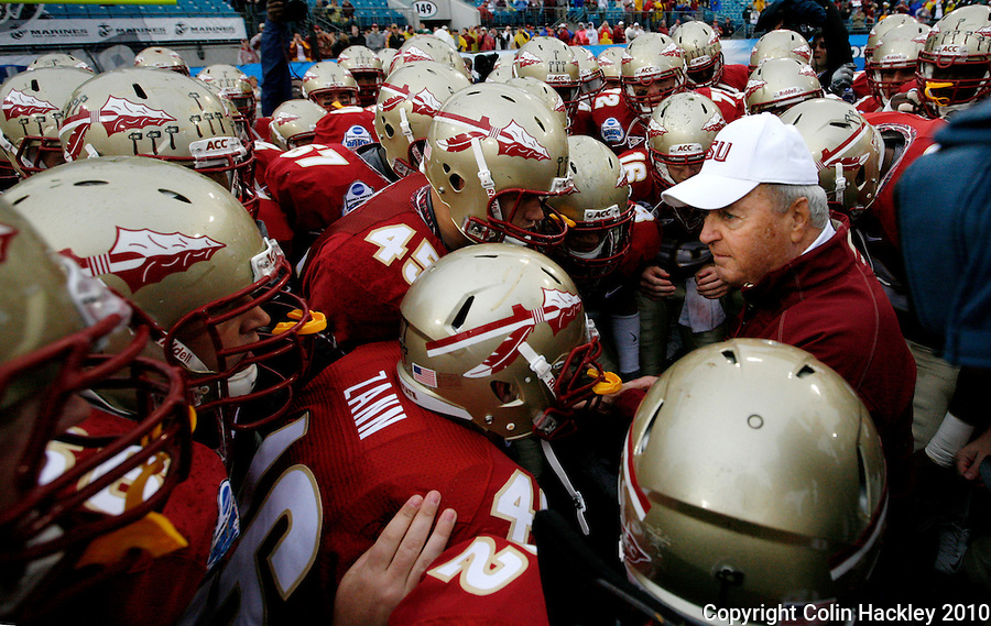 JACKSONVILLE, FL 1/1/10-FSU-WV FB CH09-Florida State Head Coach Bobby Bowden holds his final pre-game huddle with players prior to the Gator Bowl against West Virginia, Friday in Jacksonville, Fla. .COLIN HACKLEY PHOTO