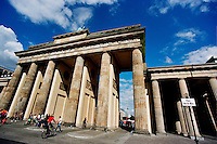BERLINO / GERMANIA - 2004.La Porta di Brandeburgo (in tedesco Brandenburger Tor) è il monumento più conosciuto di Berlino e simbolo dell´unità tedesca. Si trova fra i quartieri di Mitte e Tiergarten..FOTO LIVIO SENIGALLIESI..BERLIN / GERMANY - 2004.The Brandenburg Gate (Brandenburger Tor) is a former city gate and one of the main symbols of Berlin and Germany. It is located west of the city centre at the junction of Unter den Linden and Ebertstraße, immediately west of the Pariser Platz..PHOTO BY LIVIO SENIGALLIESI