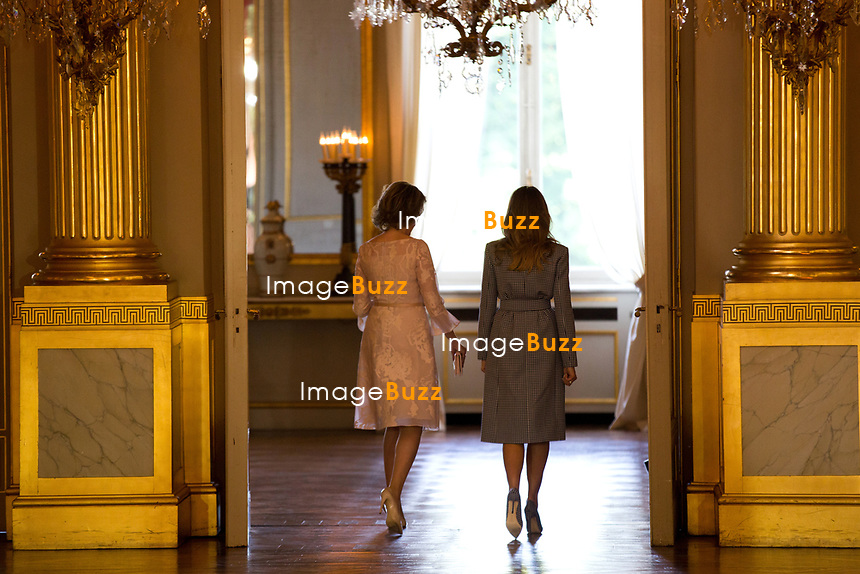 Le pr&eacute;sident am&eacute;ricain Donald Trump et sa femme Melania Trump sont re&ccedil;us en audience par le roi Philippe de Belgique et la reine Mathilde de Belgique au Palais Royal, &agrave; l'occasion de sa premi&egrave;re visite aupr&egrave;s de l&rsquo;Otan et l&rsquo;UE.<br /> Belgique, Bruxelles, 24 mai 2017.<br /> Queen Mathilde of Belgium, US President Donald Trump, King Philippe of Belgium and First Lady of the US Melania Trump pose prior a reception at the Royal Palace in Brussels, Wednesday 24 May 2017. President of The United States of America Trump is on a two day visit to Belgium, to attend a NATO (North Atlantic Treaty Organization) summit.<br /> Belgium, Brussels, 24 May 2017<br /> Pic : Queen Mathilde of Belgium &amp; Melania Trump