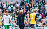 Stockholm 2014-08-24 Fotboll Superettan Hammarby IF - Ljungskile SK :  <br /> Ljungskiles Steven Old f&aring;r ett r&ouml;tt kort av domare Per Melin och blir utvisad i den f&ouml;rsta halvleken<br /> (Foto: Kenta J&ouml;nsson) Nyckelord:  Superettan Tele2 Arena Hammarby HIF Bajen Ljungskile LSK utvisning r&ouml;tt kort