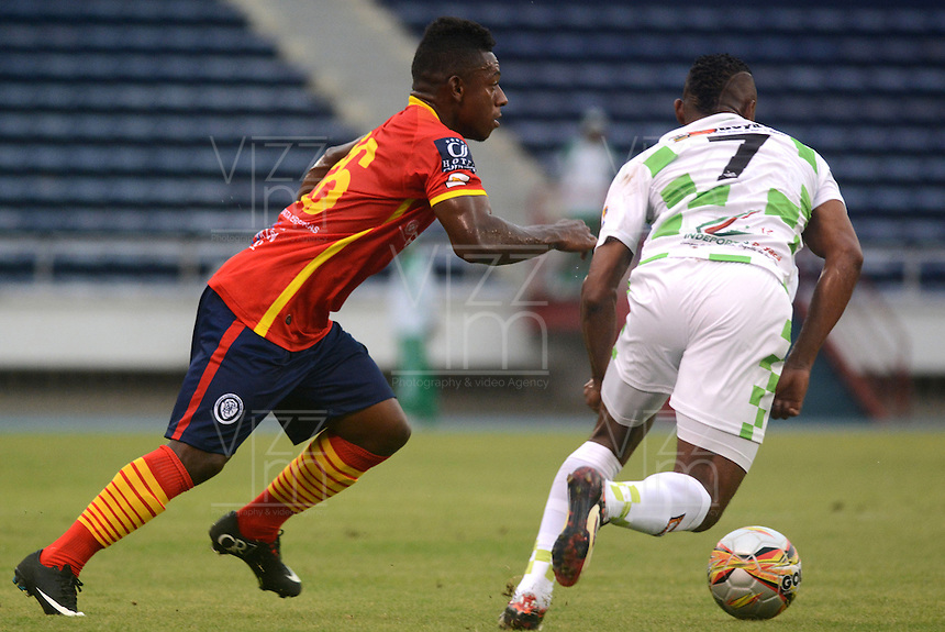 BARRANQUILLA- COLOMBIA -01 -08-2015: Pablo Rojas (Izq.) jugador de Uniautonoma disputa el balón con Luis Mena (Der.) jugador de Boyaca Chico FC, durante partido entre Uniautonoma y Boyaca Chico FC, por la fecha 4 de la Liga Aguila II-2015, jugado en el estadio Metropolitano Roberto Melendez de la ciudad de Barranquilla. / Pablo Rojas (L) player of Uniautonoma vies for the ball with Luis Mena (R) player of Boyaca Chico FC, during a match between Uniautonoma and Boyaca Chico FC,, for the date 4 of the Liga Aguila II-2015 at the Metropolitano Roberto Melendez Stadium in Barranquilla city, Photo: VizzorImage  / Alfonso Cervantes / Cont.