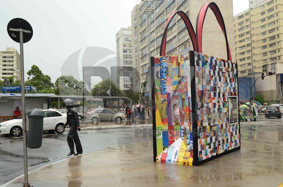 SAO PAULO, SP, 17 DE JANEIRO 2012 - SACOLA GIGANTE - Uma sacola gigante feita de material reciclado foi instalada na esquina da Avenida Paulista com a Rua da Consolação, no centro da cidade de São Paulo, nesta segunda-feira. A partir de 25 de janeiro as sacolas descartáveis serão substituídas por uma opção mais sustentável. Essa é uma iniciativa do governo do Estado em parceria com a prefeitura da capital para conscientizar os paulistanos a utilizarem sacolas reutilizáveis. (FOTO: ALEXANDRE MOREIRA - NEWS FREE).