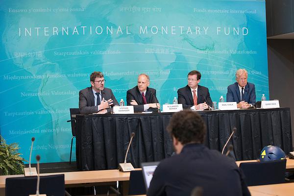 """BTO002 WASHINGTON (ESTADOS UNIDOS), 27/06/2017.- Fotografía cedida por el Fondo Monetario Internacional (FMI) que muestra a los encargados de división y jefes de la misión del FMI, Stephan Danninger (i), y Nigel Chalk (3i), al director del Fondo para el Hemisferio Occidental, Alejandro Werner (2i) y al director de Comunicación, Gerry Rice (d), durante una rueda de prensa después de la presentación del informe sobre la economía estadounidense en la sede del FMI en Washington (Estados Unidos) hoy, 27 de junio del 2017. La falta de un """"plan económico completamente articulado"""" por parte del Gobierno del presidente Donald Trump llevó al FMI a rebajar hoy las previsiones de crecimiento de EE.UU. a 2,1 % en 2017 y 2018, y considerar """"poco realistas"""" sus promesas de acelerar la expansión a un 3 % anual. EFE/SAMANTHA JAFFE/SÓLO USO EDITORIAL/PROHIBIDA SU VENTA"""