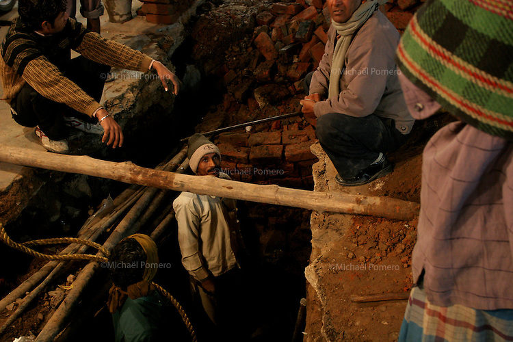 14.12.2008 Delhi(Haryana)<br /> <br /> Men working on water pipe in the street of main bazar.<br /> <br /> Hommes en train de travailler sur les canalisations d'eau dans la rue main bazar.