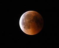 Mond tritt aus dem Erdschatten heraus. Ein Himmelsereignis wie der Blutmond und dem nahen Mars kommt nur alles 35.000 Jahre vor - Büttelborn 27.07.2018: Mondfinsternis über Büttelborn