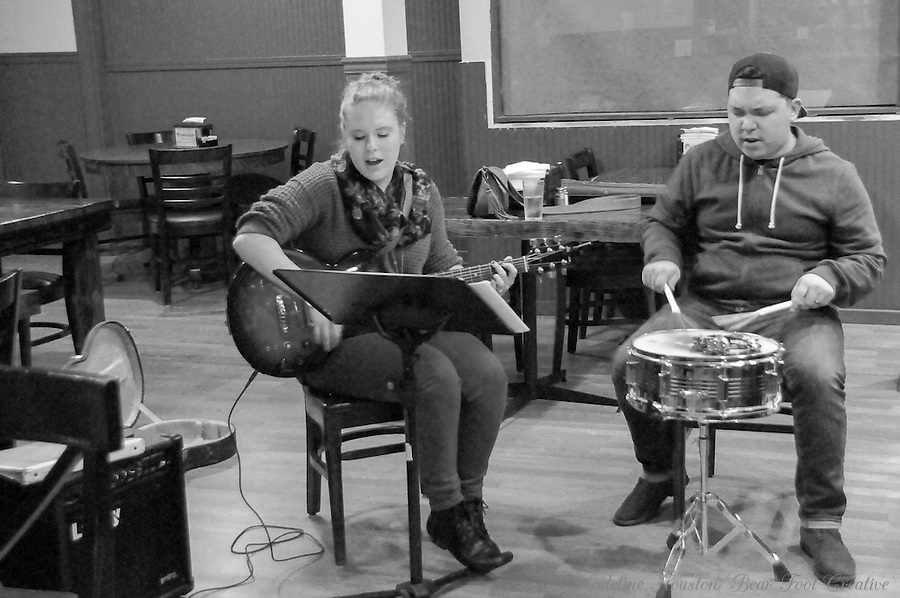Musicians at Dawn's Delectables entertain restaurant guests on Third Thursday. <br /> <br /> Centralia, Washington's Third Thursday, is a monthly event where downtown business stay open until 8 pm and art and music on the streets are encouraged.