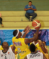 BUCARAMANGA -COLOMBIA, 26-03-2013. Phillip Brooks de Búcaros y Asprilla Moreno de Piratas durante partido de la fecha 20 de la Liga DirecTV de baloncesto profesional colombiano disputado en la ciudad de Bucaramanga. /  Phillip Brooks of Bucaros and Asprilla Moreno during game of the date 20 of the DirecTV League of professional Basketball of Colombia at Bucaramanga city. (Photo:VizzorImage / Jaime Moreno / STR).........