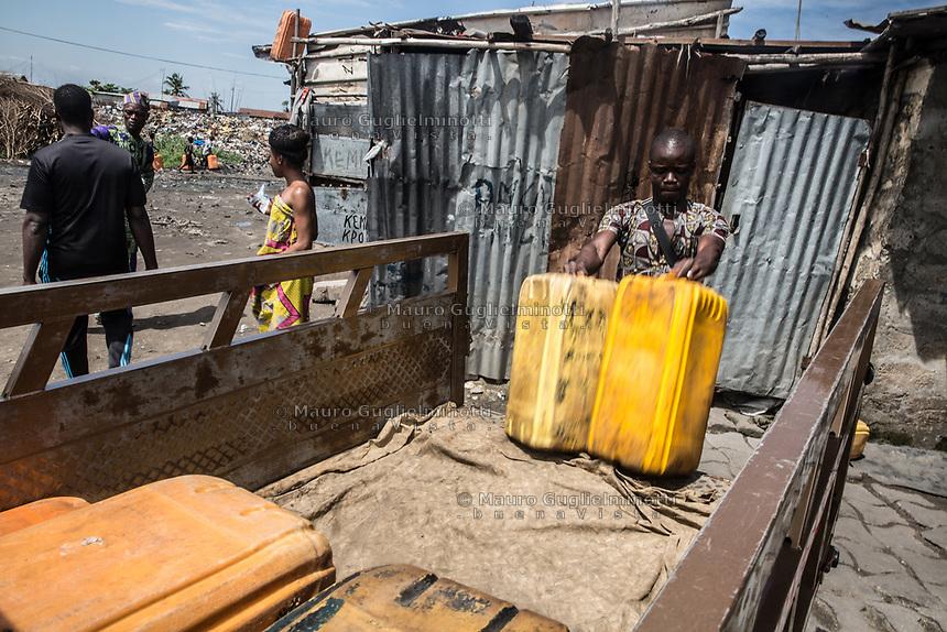 Traffico illegale benzina dalla Nigeria al Benin carico dei bidoni su camion