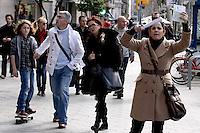B14. BARCELONA, 22/02/2011.- La ex mujer de un hijo del presidente cubano Fidel Castro, Idalmis Menéndez, muestra su pasaporte durante la protesta que ha realizado esta mañana ante el consulado de Cuba en Barcelona, donde ha denunciado hoy trabas para entrar en su país ya que el mismo le ha cancelado el visado que se les exige a los cubanos residentes en el extranjero. EFE/Alberto Estévez