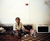KOS / Kosovo /Mitrovica / 01.07.2009 / Frau in ihrer Behausung im Lager Ostaroda