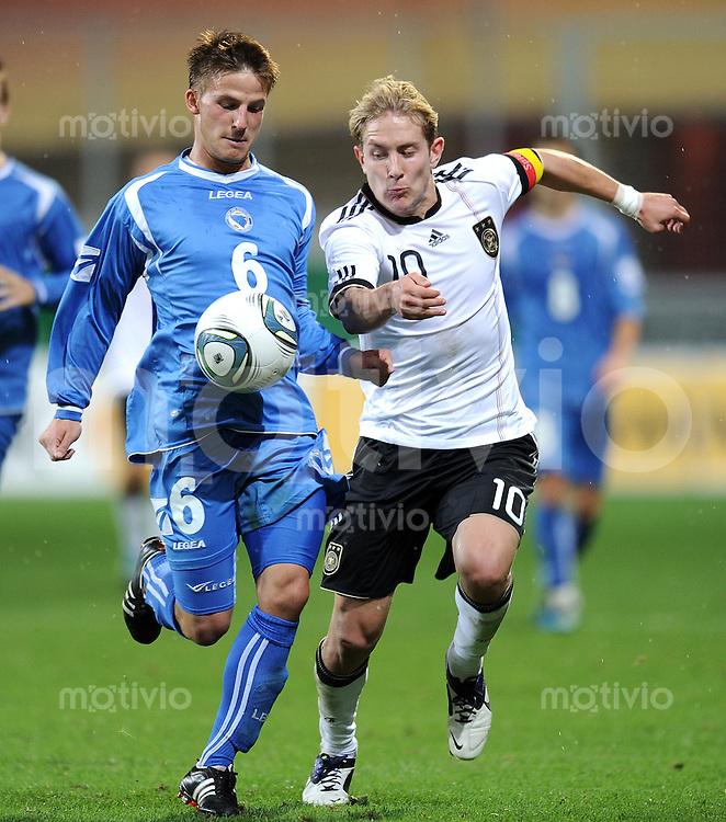 FUSSBALL INTERNATIONAL Laenderspiel U 21   06.10.2011 Deutschland - Bosnien Herzegowina Kenan Handzic (li, Bosnien und Herzegowina) gegen Lewis Holtby (Deutschland)