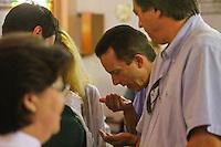 ATENÇÃO EDITOR: FOTO EMBARGADA PARA VEÍCULOS INTERNACIONAIS. SAO PAULO, 09 DE SETEMBRO DE 2012.ELEICAO 2012 - CELSO RUSSOMANNO.O candidato do PrB a prefeitura de São Paulo, Celso Russomanno, durante missa celebrada pelo Padre Juarez na Paroquia Assunção de Nossa Senhora, localizado na zona sul da capital, na manhã deste domingo. FOTO ADRIANA SPACA / BRAZIL PHOTO PRESS