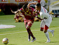 IBAGUÉ -COLOMBIA, 10-07-2015. Jader Obrian (Izq) jugador de Deportes Tolima disputa el balón con Cesar Hinestroza (Der) jugador del Cortulúa por la fecha 12 de la Liga Aguila II 2016 jugado en el estadio Manuel Murillo Toro de la ciudad de Ibagué./ Jader Obrian (L) player of  Deportes Tolima vies for the ball with Cesar Hinestroza (R) player of Cortulua for the date 12 of the Aguila League II 2016 played at Manuel Murillo Toro stadium in Ibague city. Photo: VizzorImage / Juan Carlos Escobar / Str