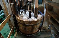 Nederland Westzaan 2017 . De Schoolmeester te Westzaan is de laatste papiermolen ter wereld die op windkracht functioneert. De molen werd oorspronkelijk in 1692 gebouwd en is tegenwoordig nog dagelijks in gebruik. Er wordt op ambachtelijke wijze Zaansch Bord, een papiersoort, vervaardigd. De eigenaar is sinds 1976 de Vereniging De Zaansche Molen. Textiel wordt tot pulp gestampt in de stamperton. Foto mag niet voor reclame doeleinden worden gebruikt.  Foto Berlinda van Dam / Hollandse Hoogte