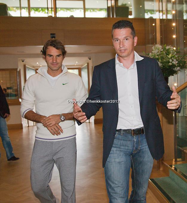 20-06-12, England, London, Wimbledon, Tennis, Toernooi Directeur van het ABNAMROWTT Richard Krajicek met zijn aanwinst voor het komende 40 jarige jubileum Roger Federerin het clubhuis van Wimbledon.
