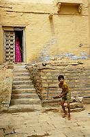 Kind spielt Cricket, Jaisalmer,  (Rajasthan), Indien
