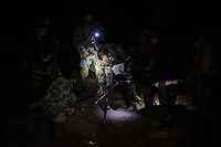 A team of soldiers are preparing the mortar launcher to launch a flare and lighten the area. They are suspicious that a stranger is walking up the mountain toward the checkpoint, Kunar, Afghanistan, 15th November 2017. <br /> <br /> Une équipe de soldats prépare le lanceur de mortier pour lancer un flare et éclaircir la zone. Ils soupçonnent qu'un étranger monte la montagne en direction du checkpoint, Kunar, Afghanistan, 15 novembre 2017.