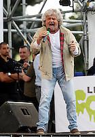 Il leader del Movimento 5 Stelle Beppe Grillo parla alla manifestazione di chiusura della campagna elettorale per le elezioni europee, a Roma, 23 maggio 2014.<br /> Five Stars Movement's leader Beppe Grillo speaks during the electoral campaign closing rally for the upcoming European elections, in Rome, 23 May 2014.<br /> UPDATE IMAGES PRESS/Riccardo De Luca