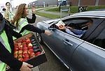 Foto: VidiPhoto<br /> <br /> ZALTBOMMEL – Gratis appels voor automobilisten in Zaltbommel, voordat ze donderdag de file inrijden op de A2. Met de publieksvriendelijke actie Filefruit wil de Nederlandse Fruittelers Organisatie NFO bestuurders stimuleren om in de file niet te snoepen, zoals nu gebeurt, maar Nederlands fruit te eten. Uit recent consumentenonderzoek blijkt dat automobilisten in de file vooral koek, snoep en boterhammen nuttigen. Het eten van fruit staat pas op de vierde plek. Met de campagne Filefruit willen de fruittelers daar verandering in brengen en verkeersdeelnemers er aan herinneren dat ze fruit mee moeten nemen voor onderweg. Ook buiten de files om eten negen van de tien Nederlanders nog steeds te weinig fruit.