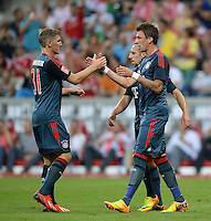 Fussball  International   Audi Cup 2013  Saison 2013/2014   31.07.2013 FC Bayern Muenchen - Sao Paulo FC  JUBEL FC Bayern; Torschuetze zum 1-0 Mario Mandzukic (re) klatscht Bastian Schweinsteiger (li) ab