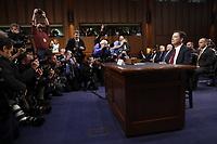 JJL17 WASHINGTON (ESTADOS UNIDOS), 08/06/2017.- El exdirector del FBI James Comey (d) testifica ante el Comité de Inteligencia del Senado de EEUU, en el edificio de las oficinas del Senado, en Washington DC, Estados Unidos, hoy, 8 de junio de 2017. EFE/SHAWN THEW