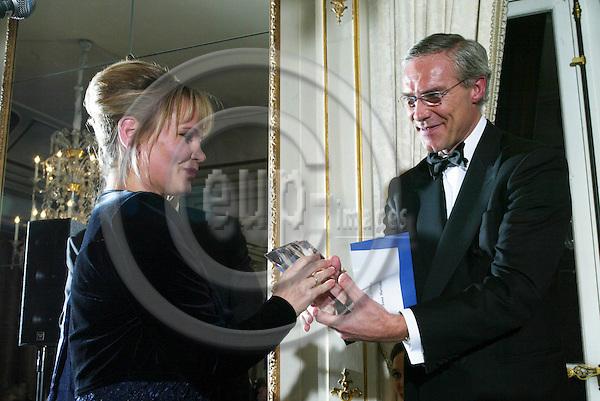 BRUSSELS - BELGIUM - 29 NOVEMBER 2005 -- EV50 Gala. -- Journalist of the Year Anna MARSZALEK recieves her award from Pattrick de Smedt from Microsoft.   -- PHOTO: JUHA ROININEN / EUP-IMAGES